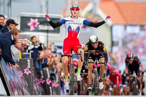 VANT 1. ETAPPE: Alexander Kristoff (Team Katjusja) jubler etter å ha vunnet første etappe i sykkelrittet Arctic Race of Norway i Harstad torsdag. Edvald Boasson Hagen (MTN-Qhubeka, bak til høyre) kom på 2.-plass. Foto: Vegard Wivestad Grøtt / NTB scanpix