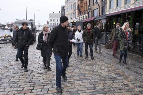 2015: Plan- og miljøutvalget – med utvalgsleder Dagfinn Torstveit (H) i spissen – var på befaring for å sjekke glassfasadene som var satt opp på flere av uterestaurantene på Indre kai i februar 2015.