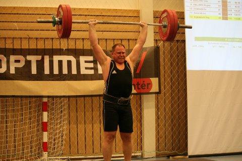 FORNØYD: Dag Rønnevik var fornøyd etter helgens Vestlandsmesterskap hjemme i Tysværtunet. Veteranen tok gull i sin klasse i tillegg til at hans klubb, Tysvær Vektløfterklubb, gjennomførte Vestlandsmesterskapet på flott vis.