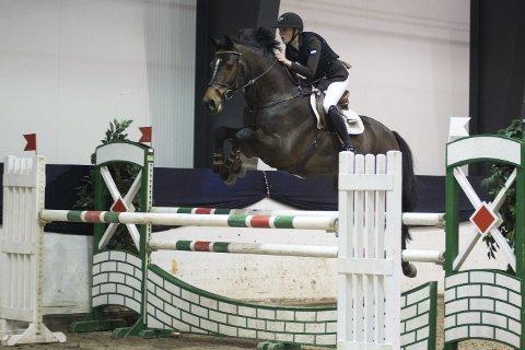 NM-deltaker: Therese Handå Blickfeldt fra Haugesund Rideklubb på hesten Nemo under innendørs-NM i sprangridning.