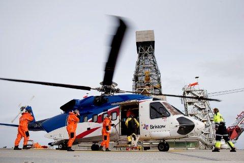 Passasjerer går ombord i et helikopter på Edvard Grieg-plattformen. Foto: Håkon Mosvold Larsen / NTB scanpix