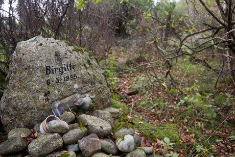 ANNET DRAPSVÅPEN: Minnestein der Birgitte Tengs ble drept 6. mai 1995. Nå peker en rapport på at drapsvåpenet er et annet enn man har trodd. ARKIVFOTO: Gaute-Håkon Bleivik