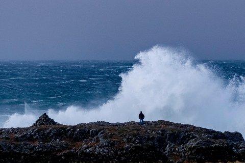 En mann ser på bølgene i forbindelse med ekstremværet Urd ved Jølle på Lista mandag. Foto: Tor Erik Schrøder / NTB scanpix