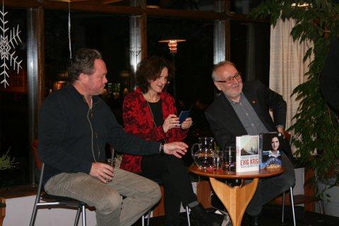 POPULÆRE GJESTER: Da Øyo-biblioteket inviterte til sakprosakveld med Fredrik Græsvik og Sidsel Wold var det med den gamle NRK-journalisten Harald Dale som intervjuer.