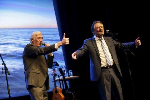 Backet hverandre: Lasse Pedersen har tommel opp for Gunnar Andersen. De to leverte  velkjente ingredienser til et voksent  publikum.Foto: Grethe Nygaard