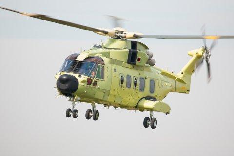 Det første eksemplaret av Norges nye redningshelikoptre AgustaWestland AW101 under sin første flyging 21. mars.