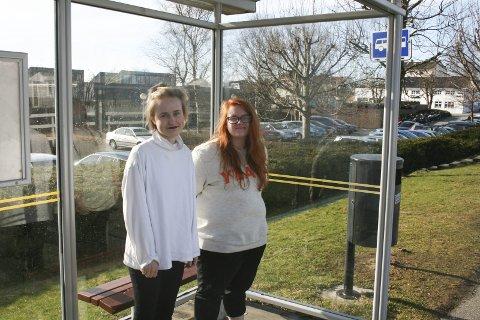 TAR BUSSEN: Kort avstand til busslinjene og lang avstand til skolen gjør at Ingeborg Marie Dahle Brynjulvsen (t.v.) og Anne Tove Græsdal Våge velger å ta buss.