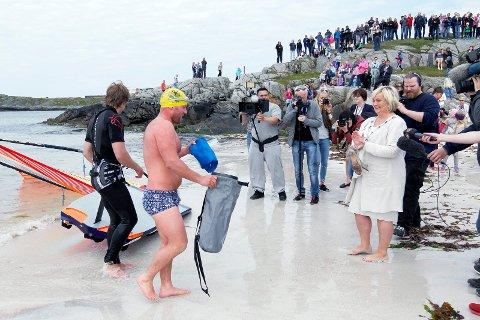 Svømmer Stian Vikra og  brettseiler  Martin Møller  overleverte det blå flagget til ordfører Aase Simonseni fjor.