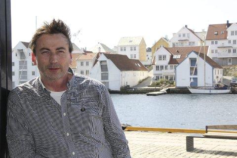 FESTIVALSJEF: Mange byer har sin egne humorfestival. Haugesund Comedy Weekend satser kun på engelskspråklige komikere 13. og 14. mai. Festivalsjef Tom Erik Anfinsen satser på kvalitet og publikum med eksamen.