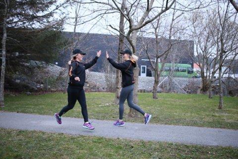 TRENER FOR KREFTOMSORGEN: Brit Lise Steinkjellå (t.h.) og Torill Grindhaug har startet innsamlingsaksjon for Kreftomsorg Rogaland. Jo mer de trener, jo mer penger får kreftsaken.