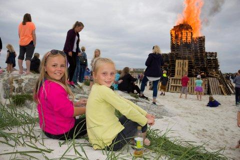 SNART FERIE: F.v. Sara Langåker (9) og Emma Langelandsvik (8).