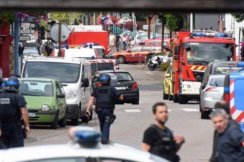 En eldre prest ble drept og et annet gissel ble livstruende skadd da to menn bevæpnet med kniv tok seg inn i en kirke nord i Frankrike tirsdag. De to gjerningsmennene ble skutt og drept i en politiaksjon.