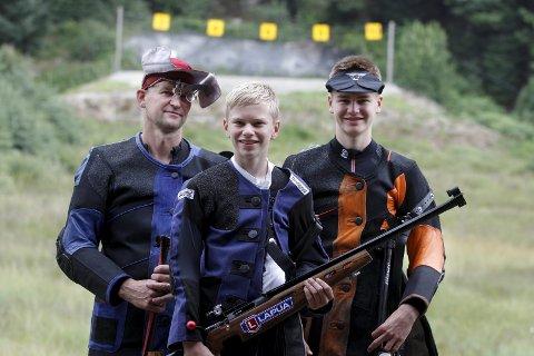 Skuddklare: Arne Birkeland (t.v.) og sønnene Olve og Brynjar Grønås Birkeland før Landsskytterstevnet.