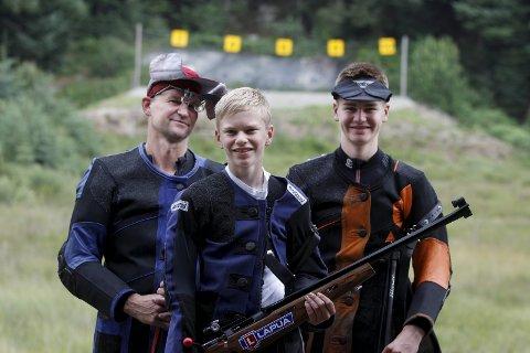 Skytterfamilie: Olve (i midten) og Brynjar Grønås Birkeland (t.h.) er favoritter i WestCon Cup. Pappa Arne (t.v) deltar ikke.