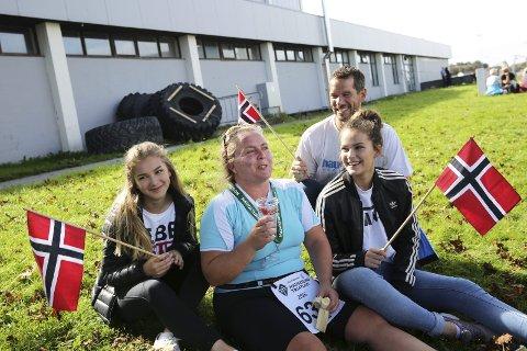 2 HEIAGJENG: Ektemann Michael Gräfe og døtrene Pia (t.v.) og Ina var stolte av Linda Gräfe etter konkurransen.