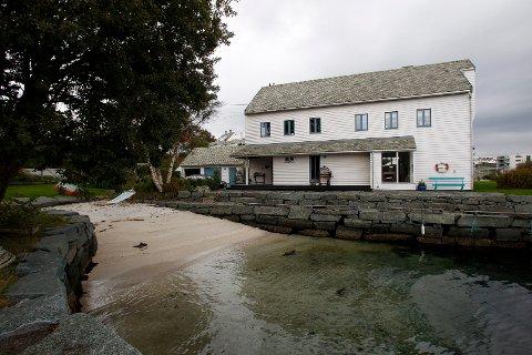 Djupastø 17 ved Karmsundet er til salgs. Ifølge megleren er dette eneste enebolig med privat strand i Haugesund  Foto: Harald Nordbakken