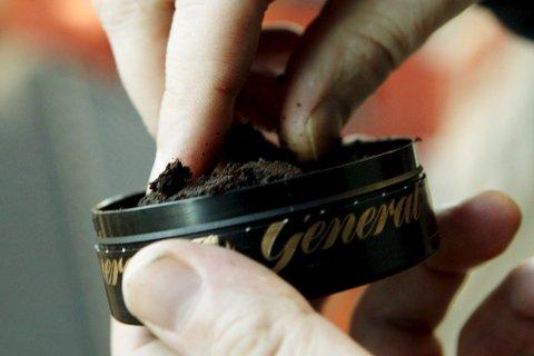 BÅDE GUTTER OG JENTER: Før var det stort sett bare gutter som brukt snus, men i de siste årene har også stadig flere jenter begynt å snuse. FOTO: NTB scanpix