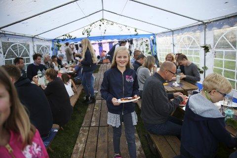 Feststemt: Med rykenda varm pizza, lader Erle Rykkje Larsen (11) opp til en sen kveld med lek og godt selskap under høstfesten på Hauge lørdag kveld.Foto: Grethe Nygaard