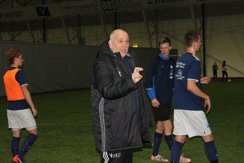 FØRSTE ØKT: Karl Oskar Emberland ledet Åkra-treningen for første gang i Storhall Karmøy mandag kveld. Foto: Åkra IL.