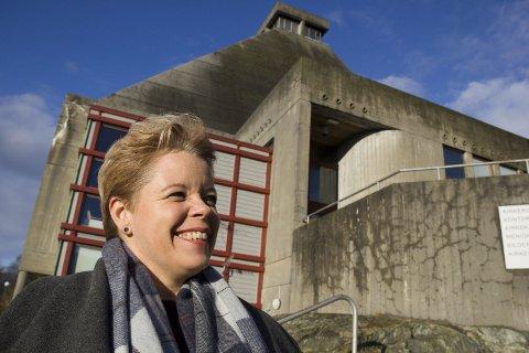 Rossabø kirke : – Jeg kan ikke huske at vi har hatt kabaret i Rossabø kirke, sier Tove Marie Sortland som lover humor onsdag 23. januar. Foto: Truls Horvei