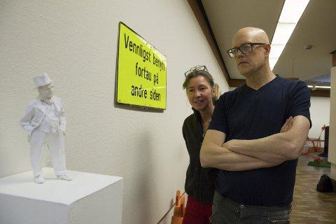 KUNSTNERPAR:  Skulpturen av Rabinowitz har Gisle Harr laget. Samboeren Jannicke Lie lager collager og kunst av skilt som hun finner. Foto: Truls Horvei