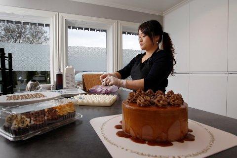 KONSENTRERT: I husets første etasje på Bleikemyr har Tove Risanger gjort om hobbyrommet til kjøkken. - Flere av naboene setter pris på å ha et konditori i nabolaget. Vi har noen stamkunder, smiler hun.