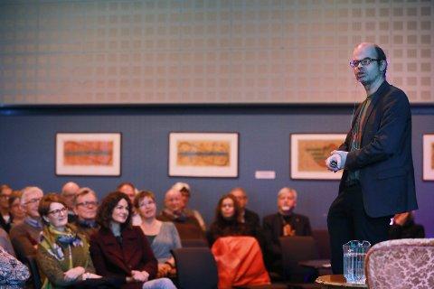 KONTAKT: Herlig kontakt mellom Hans Olav Lahlum og de cirka 80 publikummerne som fikk oppleve hans foredrag om USAs presidenter.