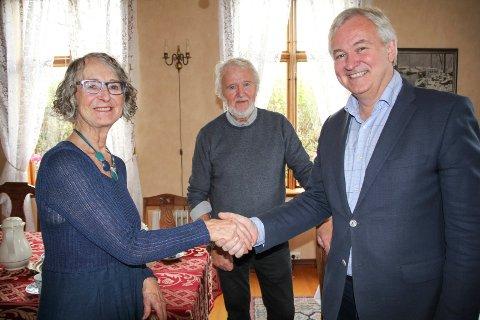 HUSKJØPT: Huseierne Lisabeth og Bjørn Toft gratuleres av museumsdirektør Mads Ramstad med salg av Wrangellhuset.