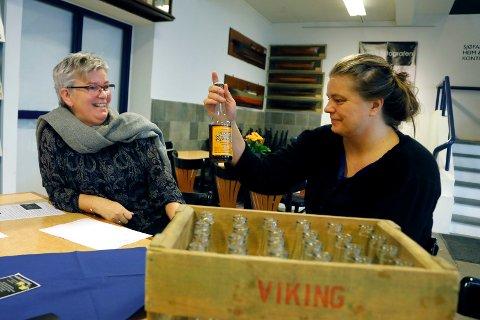 BRUSFLASKER: Karmsund folkemuseum etterlyser samlere til ny utstilling. Fra venstre Tove Selås og Linda Høie, begge formidlere ved museet.