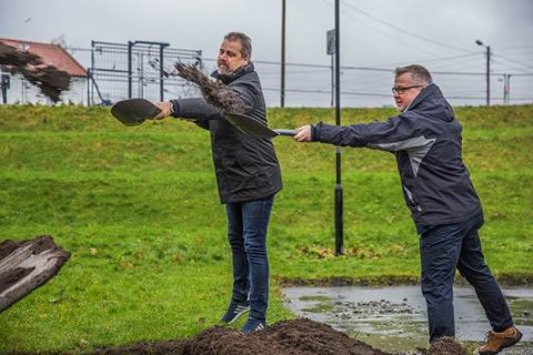 FÅR ET NYTT HJEM: Leder Kjetil West (t.v.) i Haugesund Curlingklubb og leder Kjell Olav Nuntun i Haugesund Pistolklubb.
