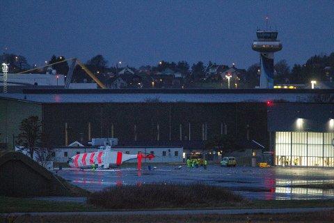 Det nye redningshelikopteret til 330 skvadron på Sola, veltet fredag ettermiddag utenfor hangaren under testing. Rotoren var i gang under velten. Foto: Carina Johansen / NTB Scanpix