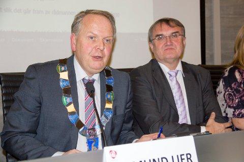 Ordfører Sigmund Lier (til v) og rådmann Arvid S. Vallestad.