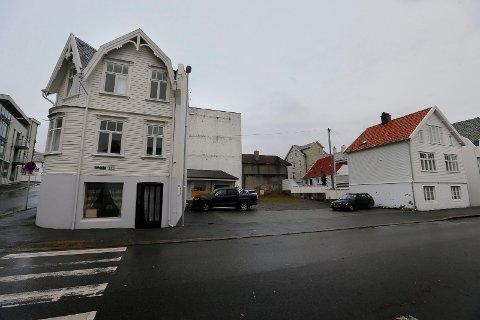 Skåregata 205 og 203, hvor Freddy Andersen hadde trafikkskole. Eieren håper å få reist et boligkompleks med 11 leiligheter.