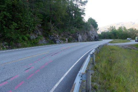 ULYKKESSTEDET: Her på fv. 520 mellom Ropeid og Sauda, fikk 19-åringen skrens på motorsykkelen og kjørte inn i fjellveggen.