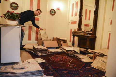 Kassevis: Lars Arne Bleie har frakta mange av avisene opp i huset.