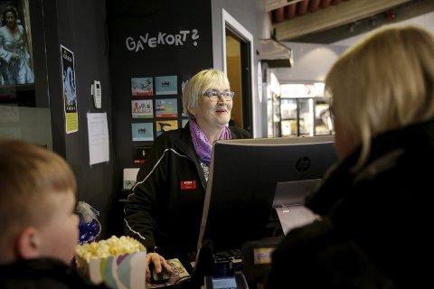 SKAL DET VÆRE NOE MER? Ingebjørg Grindheim har jobbet i kiosken på Edda i 29 år. Hun har ingen planer om å slutte. Foto: Grethe Nygaard