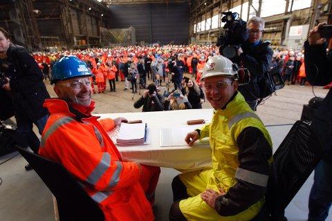Administrerende direktør i Kværner, Jan Arve Hauan, og Torger Rød i Statoil under signeringen av Njord-kontrakten som inngår i en opprustning av Njord-feltet til 20 år lengre produksjonstid. i tillegg til tilkobling av det nye feltet Bauge.