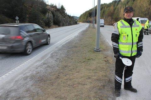 TRE AVSKILTET: Kontrolleder Andreas Eikeskog vinket inn ti kjøretøy under Statens vegvesen sin kontroll i Etne søndag. Tre kjøretøy ble avskiltet. Arkivfoto: Gaute-Håkon Bleivik