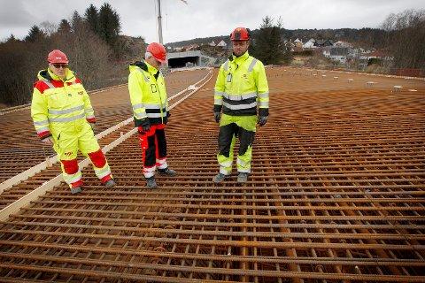 Risa hadde jobben med Kvala-Fagerheim, og er også blitt tildelt Karmsundgata Sør. Nå har konkurrenten klaget på avgjørelsen. Fv.:    Prosjektleder RISA Ove Totlandsmo    Prosjektleder Vegvesenet  Einar Færaas         og byggeleder Vegvesenet Geir Egil Mortveit    Foto:  Harald Nordbakken