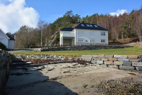 Denne eigedomen på Gangstø er lagt ut til sal for 6.5 millionar kroner. Men då får ein med ei over 4000 kvadratmeter tomt, molo, naust og eiga sandstrand. Foto: Trude Aarsand/Kvinnheringen