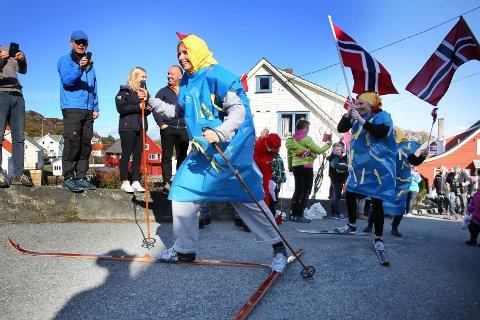 I FJOR: Påskeskirenn på Espevær har blitt en tradisjon. Her ser vi Ann Kristin Elter og Hilde Elter i aksjon forbi den gamle telegrafstasjonen. Arkivfoto: Grethe Nygaard