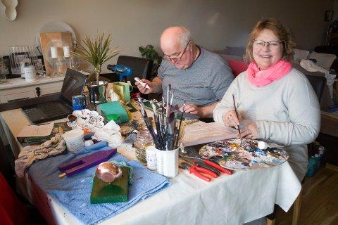 BORDET FULLT: Terje Nilsen og kona Solfrid Skailand  har stuebordet fullt med hobbyarbeid. Foto: Lillian Haug Sortland