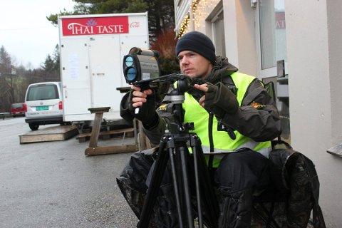 UP FØLGER MED: Haukås på E39 i Sveio er et populært sted å kjøre litt for fort forbi. Bildet ble tatt da Haugesunds Avis var med på kontroll i desember. Her er det Kristoffer Haugland som måler farten. Arkivfoto: Marie Lavelle