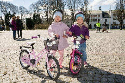 VIKTIG MED HJELM: Ella Bø Vormedal (t.v.) og Annika Nesheim Bø - begge 5 år og fra Haugesund.