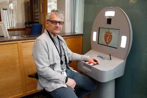 OPPFORDRER: Kjetil Optun i politiet sier det fortløpende legges ut timer på nettet for å skaffe seg nytt pass.