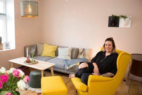 I egen stue:  Margit Franksdotter Holten har flyttet tilbake til Haugalandet, og kjøpt sin første leilighet på Bakarøynå. Nærmere bestemt i det tidligere  Sjømannshjemmet.