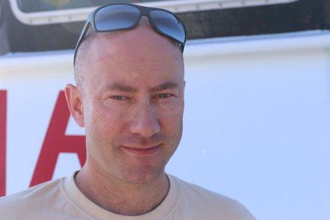 Skipper Lars Solvik satt ved roret da redningsskøyta kom til Middelhavet i juli 2015. Denne uken klappet han til kai i Mytilíni for siste gang. Etter to år i Middelhavet skal redningsskøyta «Peter Henry von Koss» returnere til Norge.
