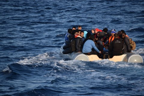 På den nest siste vakten plukker redningsskøyta opp 57 personer fra en overfylt gummibåt. 24 av dem er små barn, flere under ett år gamle.