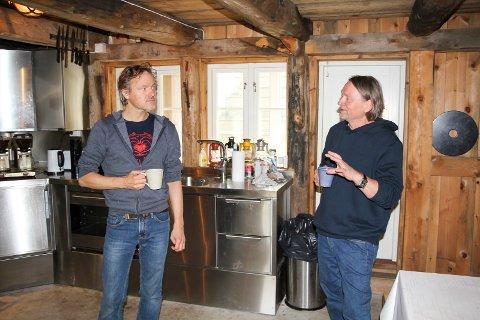Tom McRae sammen med Bjørn Dybdahl på Røvær. Foto: Roar E. Jacobsen
