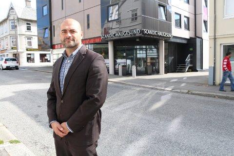 PÅ FLYTTEFOT: Mathias Mansoori har tidligere vært direktør på Scandic Haugesund, og har den siste tiden ledet Scandic-hoteller i Bergen. Nå bytter han kjede.